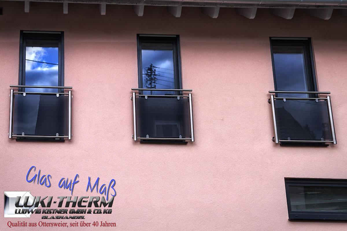 Französischer Balkon mit Klemmbefestigungen, VSG mit farbiger Folie