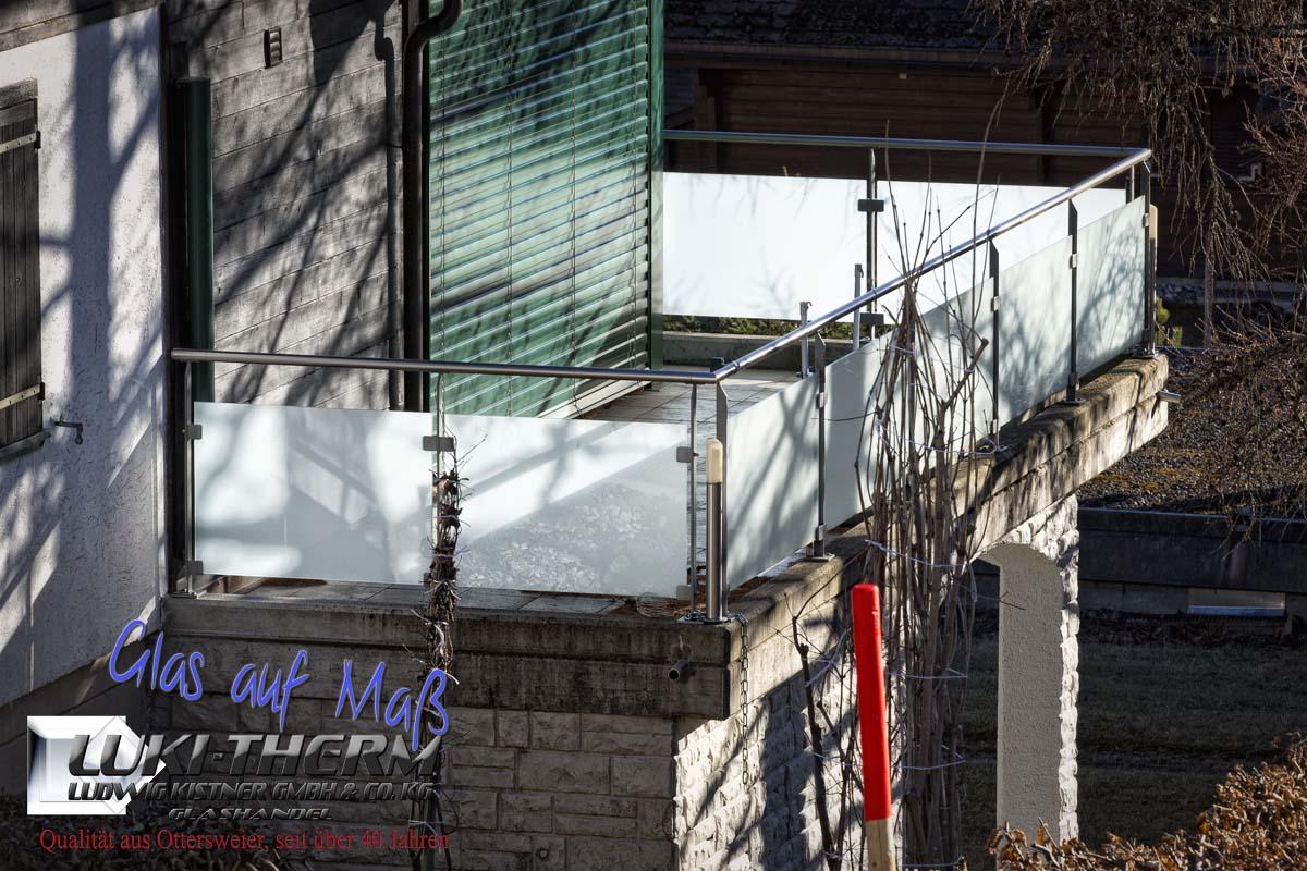 Glasgeländer mit Klemmbefestigungen unten, VSG mit mattweißer Folie